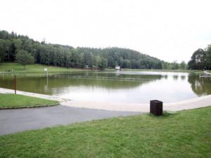 Ve vodní nádrži v Blansku se utopil muž. Šel si opilý zaplavat