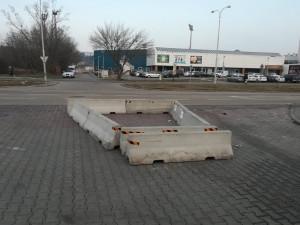 Město nechá odtáhnout betonové zátarasy u Hokejové haly mládeže