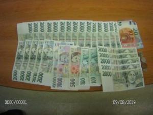 Poctivá nálezkyně v Brně vrátila peněženku, ve které bylo 57 tisíc korun