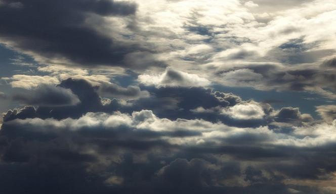 POČASÍ NA ČTVRTEK: Ani dnes nebude obloha bez mráčku. Déšť nás však mine