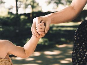 V Lužánkách se ztratilo tříleté děvčátko, strážníci pak našli maminku