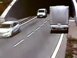 VIDEO: Řidič dodávky projel Pisáreckým tunelem v protisměru, způsobil kolaps v dopravě