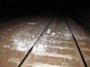 FOTO: Obrovský hazard s lidskými životy. Mladík položil na koleje betonový panel, vlak naštěstí nevykolejil