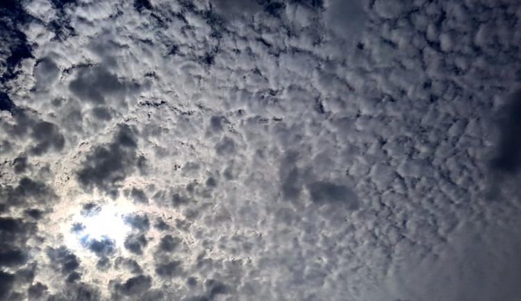 POČASÍ NA ÚTERÝ: Teploty neklesnou pod čtyřiadvacet, jižní Moravu čeká i déšť