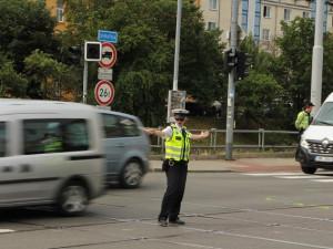 Opilý muž se rozhodl řídit dopravu na rušné křižovatce u Brna, policisté ho museli odtáhnout násilím