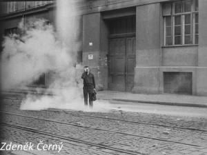 FOTO: Když Češi pálí do Čechů. Dobové fotografie z Brna přibližují srpnové události roku 1969