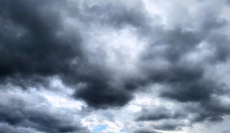POČASÍ NA PÁTEK: Dopoledne se objeví mlhy, přes den pak přibude oblačnosti. Teploty neklesnou pod pětadvacet