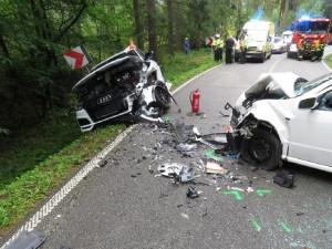 FOTO: Řidič Fabie nezvládl jízdu na mokré silnici a trefil Audi, při nehodě se zranily i dvě děti