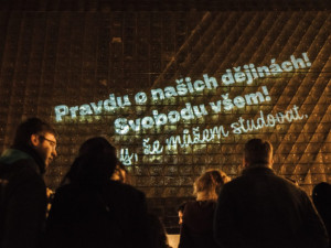 Brněnská divadla nasvícením připomenou třicet let od pádu komunistického režimu v Evropě