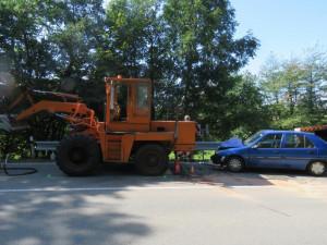 FOTO: Seniora v pokročilém věku oslnilo sluníčko, při objíždění silničářů naboural pracovní stroj