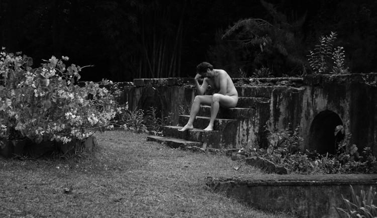 Zakrvácený naháč odpočíval na lavičce. Na únavě se podepsala láhev vodky