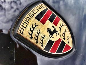 Zloděj chtěl v Brně ukrást Porsche 911. Když se mu to nepovedlo, vysypal do něj aspoň popelnici