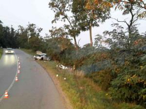 Opilý řidič poslal auto do stromu, spolujezdec vylétl dveřmi a zůstal zaklíněný pod autem
