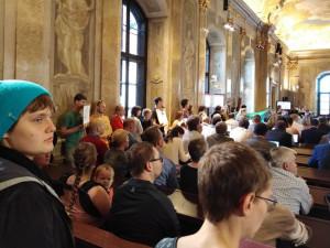 FOTO: Zhruba stovka lidí přišla na brněnské zastupitelstvo žádat více bytů na ukončování bezdomovectví