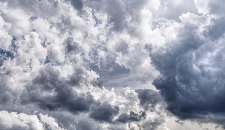 POČASÍ NA NEDĚLI: Teploty se dnes nepřehoupnou přes dvacítku, po většinu dne bude oblačno a přijde i déšť