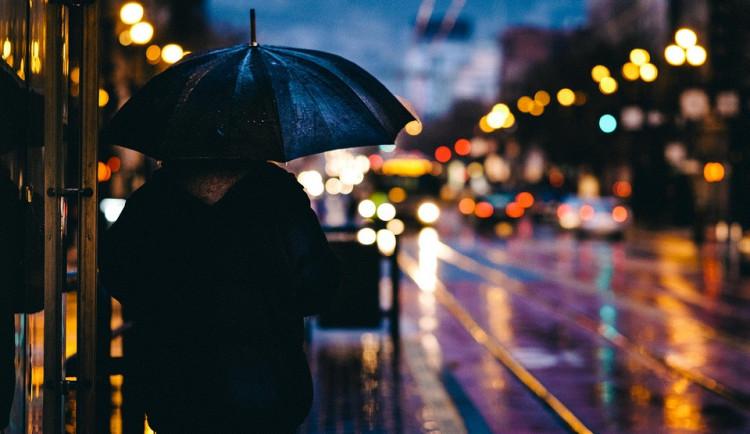 POČASÍ NA PONDĚLÍ: Teploty nepřesáhnou 18 stupňů Celsia, vydatný déšť zeslábne až během odpoledne