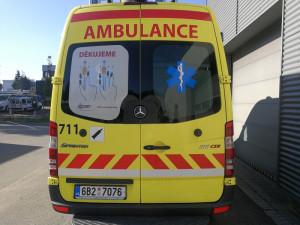 Záchranáři budou nálepkami na sanitkách upozorňovat řidiče, jak udělat záchrannou uličku
