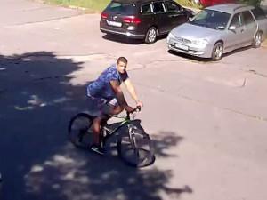 VIDEO: Tento muž se snažil ukrást auto z parkoviště, nepoznáváte ho?