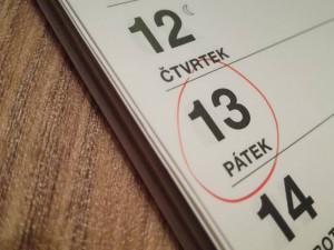 Dnes je pátek třináctého, pověrčiví lidé nevyjíždí ze svých garáží. Čísla se bojí i hoteliéři