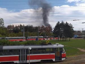 Na D1 u Starého Lískovce hořel nákladní vůz, po nehodě z něj vyteklo 500 litrů kyseliny sírové
