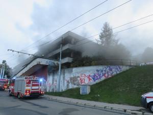 FOTO:  V Bystrci hořel bývalý obchodní dům Letná. Oheň zachvátil sklad pneumatik