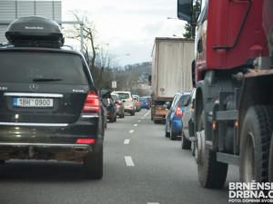 Dálnice D1 je v obou směrech zcela uzavřená. Dopravní tepnu zablokovaly nehody kamionů