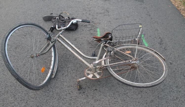 Cyklista vjel zničehonic do protisměru a srazil se s autem, na místě zemřel