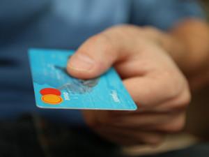 Ukradenou kreditku ukázal jako doklad totožnosti
