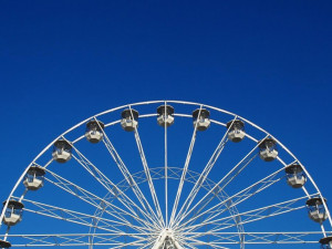 Na Moravském náměstí už roste adventní vyhlídkové kolo. První návštěvníci se projedou v pondělí