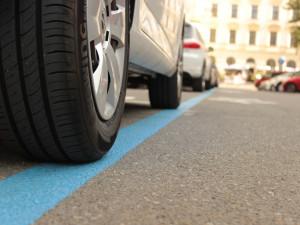 Rezidentní parkování se rozšiřuje i na okolí Koliště. Dělníci tam od pondělí začnou malovat modré čáry