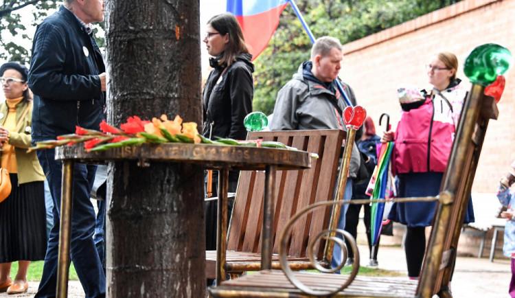FOTO: Kapucínské terasy v Brně nově zdobí lavička Václava Havla