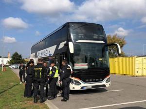 Policie v dvoupatrovém autobuse zadržela čtyřiadvacet cizinců bez platných dokladů