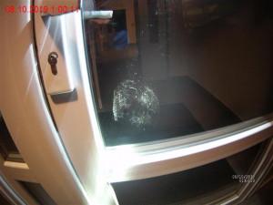 Muž v Bystrci prokopl vchodové dveře bytového domu. Hledal teplé místo k přespání
