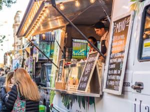 U Vaňkovky zaparkoval Food Truck Festival. Skvělé jídlo si dáte ve vagónu či americkém školním autobusu