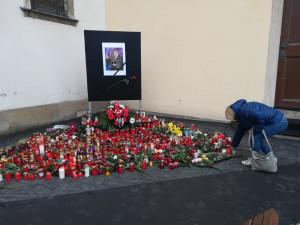 Lidé nosí na Dominikánské náměstí v Brně svíčky ve vzpomínce na Karla Gotta