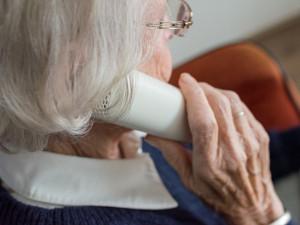 Seniorka během deštivé cesty domů ztratila několik tisíc. Nálezkyně peníze předala strážníkům
