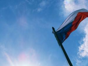 Opilý muž vyšplhal o státním smutku na stožár a ukradl vyvěšenou českou vlajku