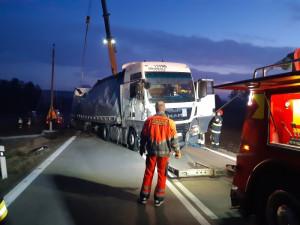 Nehoda kamionu v sobotu způsobila odstávku elektřiny, dopravní situaci komplikovala 6 hodin