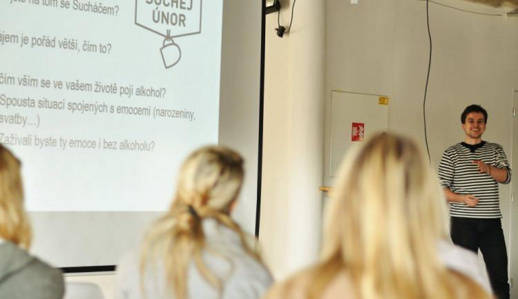 Diskuzní panel v Brně představí možnosti léčby závislosti na legálních drogách a pomoc rodinám