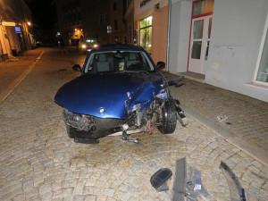 Opilý řidič neukočíroval své auto a narazil do domu. Nadýchal skoro dvě promile