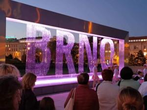 FOTO: Fontána před Janáčkovým divadlem se včera rozsvítila na růžovo