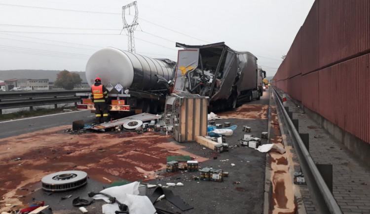 FOTO: Nehoda kamionů ráno zablokovala D1 u Ostrovačic. Dálnice bude neprůjezdná delší dobu