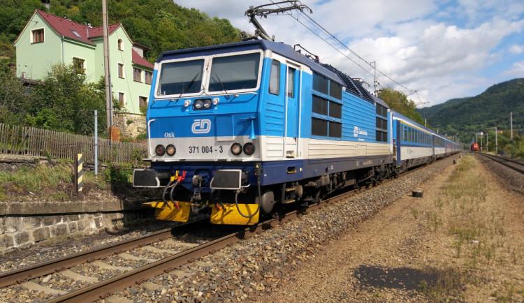 Noční vlak srazil na přejezdu auto. Srážka uzavřela na celou noc železniční tah z Prahy do Brna