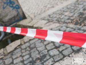 Podezřelý zamkl při domovní prohlídce brněnské policisty v bytě a utekl. Při vyrážení dveří se zranili