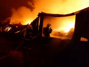 V Ivančicích shořela skladovací hala. Zasahovalo přes sto hasičů