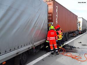 Dálnice D2 směrem na Brno je neprůjezdná, havarovaly tři nákladní vozy. Zasahují hasiči i záchranářský vrtulník