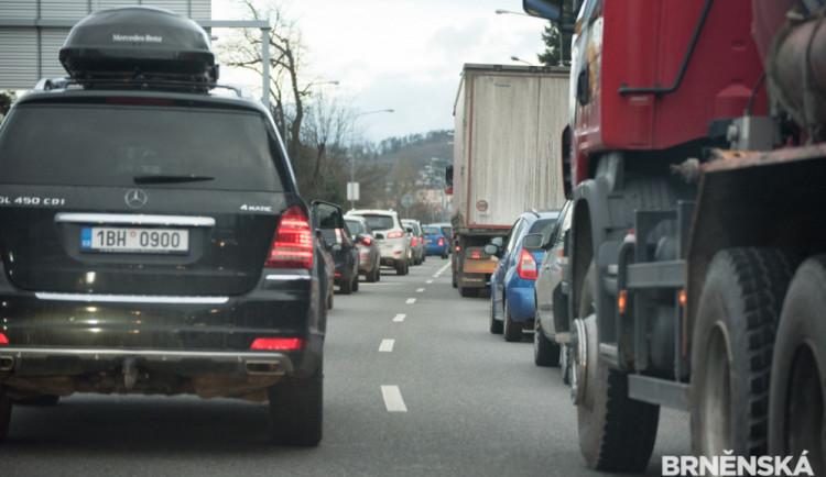Doprava na dálnici D1 kolabuje, ve zúžení se srazila nákladní auta. Kolona má až 20 kilometrů