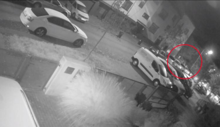 VIDEO: Zloděj se vloupal do rodinného domu v Brně. Ukradl klíče a odjel s autem