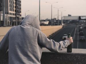 Mladík házel v centru Brna po kolemjdoucích kamení a rozléval kolem sebe víno. Před strážníky se svlékal, nadýchal přes dvě promile