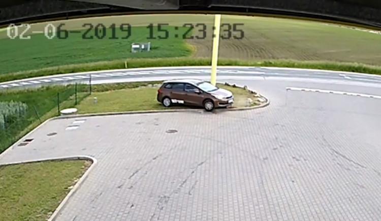 VIDEO: Řidič chtěl ujet od benzinky na Brněnsku bez placení. Z útěku se stala komedie